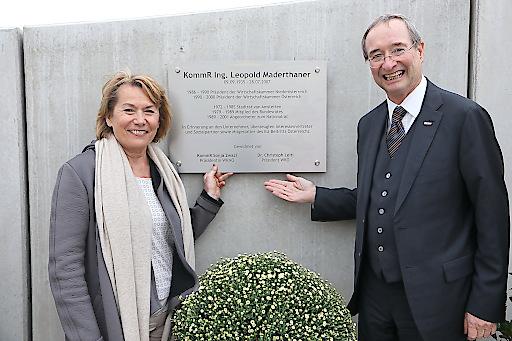 Wirtschaftskammer NÖ-Präsidentin Sonja Zwazl enthüllte gemeinsam mit WKÖ-Präsident Christoph Leitl die Gedenktafel in Erinnerung an Leopold Maderthaner.