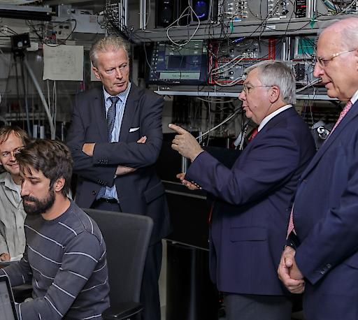 IQOQI-Leiter Rainer Blatt erklärt Wissenschaftsminister Reinhold Mitterlehner und ÖNB-Präsident Claus Raidl die Laborinfrastruktur.