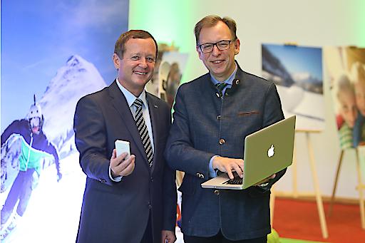 LR Dr. Christian Buchmann und ST-GF Erich Neuhold fit für das digitale Zeitalter bei der Treffpunkt Tourismus-Ausstellung