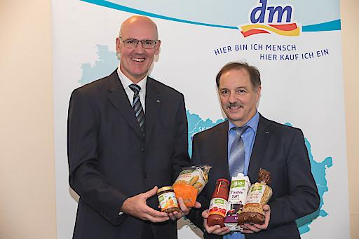 http://www.apa-fotoservice.at/galerie/7100/ Bilanz Pressekonferenz dm drogerie markt: Mag. Martin Engelmann und Dipl.-Inform. Manfred Kühner.