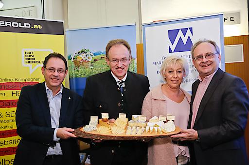 Peter Drobil begrüßt Maria Kitzler, Reinhard Rosenauer und Josef Stiendl bei der ÖMG-Business Lounge im Radio Cafe.