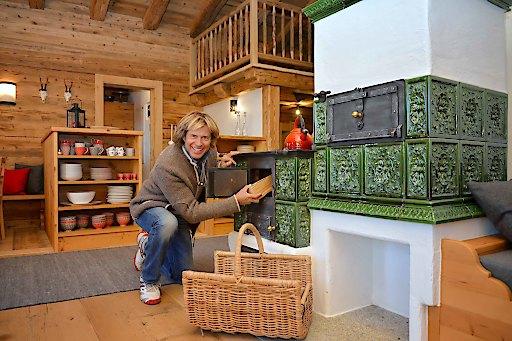 Hansi Hinterseer auf einer Almhütte in Tirol