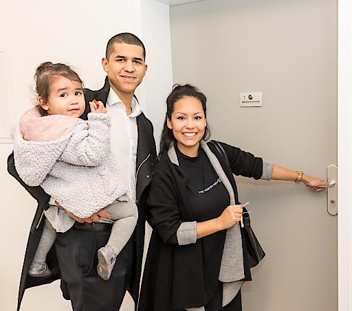 Familie Koglbauer vor der neuen Wohnung