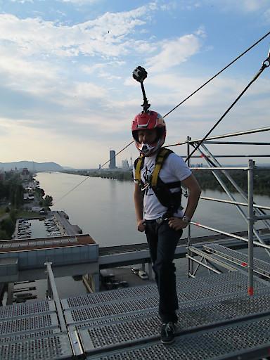 Hier sehen Sie Alessandro Dimas mit einer 360 Grad Kamera am Helm montiert bestückt mit 6 GoPro Actions.