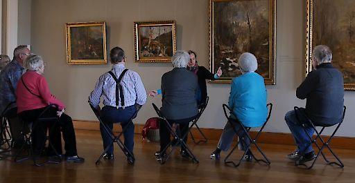 Museumsbesuch für Menschen mit Demenz - Wenn Kunst Brücken baut . Der Besuch im Museum ist für Menschen mit Demenz ein lebendiges sinnliches Erlebnis, das an vorhandene Erinnerungen anknüpfen kann.