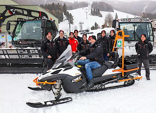Bad Kleinkirchheimer Bergbahnen-Vorstand Hansjörg Pflauder (vorne am Skidoo) freut sich zusammen mit seinem Team darüber, dass bereits am Samstag, 28. November, der Skiwinter gestartet werden kann.