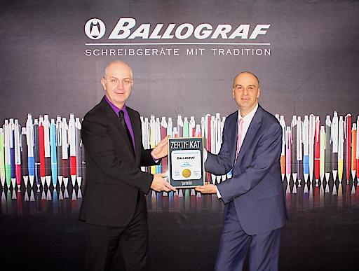 li. Thomas Megeth (Geschäftsführer Ballograf Austria - Cupa GmbH) und re. Jürgen Molner (Country Brand Manager Superbrands Austria) bei der Übergabe des Superbrand 2015-2016 Awards