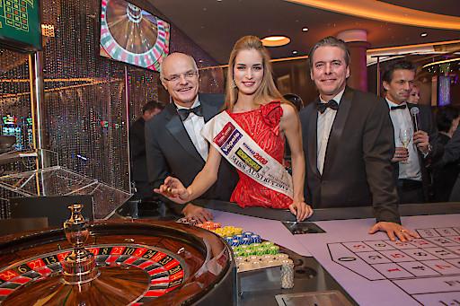 Miss Austria Annika Grill brachte die Goldene Roulettekugel gemeinsam mit GD Dr. Karl Stoss und Direktor Paul Vogel zum Rollen.
