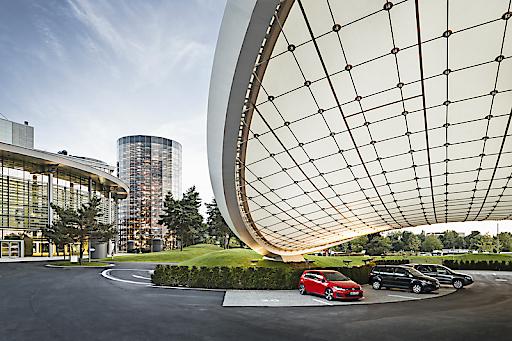 """In der """"Ausfahrt"""" können Gäste der Autostadt in Wolfsburg die zahlreichen Assistenzsysteme in den Modellen von Volkswagen kennenlernen und selbst ausprobieren, um sich dann im Straßenverkehr sicher zu bewegen. / Autostadt mit Besucherrekord im Jahr 2015 / 2,42 Millionen Besucher im Jahr 2015: Steigerung um 8,5 Prozent zum Vorjahr / 168.514 Fahrzeugauslieferungen bestätigen starke Position."""