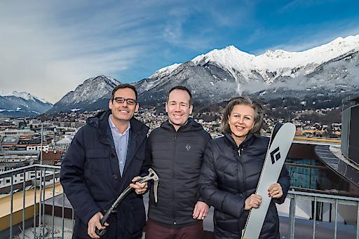 Innsbruck in Tirol ist künftig Heimat des europäischen Firmenhauptsitzes von Black Diamond - vlnr. Harald Gohm (Standortagentur Tirol), Tim Bantle (Black Diamond Europe) und die Tiroler Wirtschaftslandesrätin Patrizia Zoller-Frischauf.