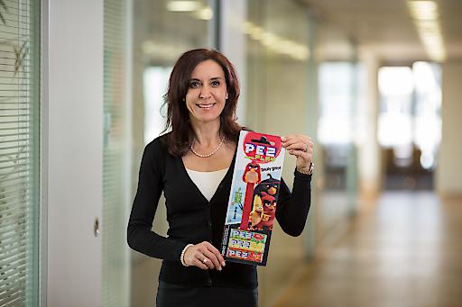 """Marketingleiterin Gabriele Hofinger mit dem neuen PEZ-Spender """"Angry Birds"""""""
