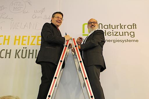 Landeshauptmann Günther Platter auf der Leiter mit SIKO SOLAR-Gründer Arthur Sief in vier Meter Höhe.