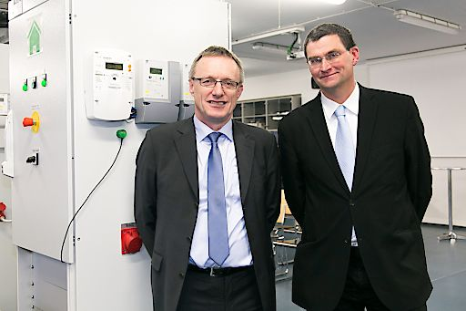 http://www.apa-fotoservice.at/galerie/7545/ Im Bild v.l.n.r.: DI Karl Knöbl MSc (Projektleitung Smart Energy Hybrid Labor), FH-Prof. DI Hubert Fechner MAS MSc (FH Technikum Wien, Institutsleiter Erneuerbare Energie)