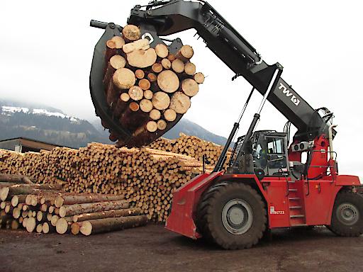 Log-Stacker bei der Arbeit