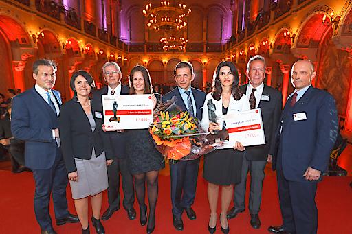 Im Bild (v.li.n.re.): Hammurabi Preisverleihung: Tarek Leitner (Moderator); Brigitte Kreuzer (Fachgruppenobmann Stv.), Prof. Dr. Michael Theil (Jury), Lisa Viktoria Lanner (Hammurabi Preisträgerin 2. Platz), Helmut Mojescick (Fachgruppenobmann der Wiener Versicherungsmakler); Dr. Arlinda Berisha (Hammurabi Preisträgerin 1. Platz), Dr. Hans Peer (Jury), Mag. Wilhelm Hemerka (Fachgruppenobmann Stv.)