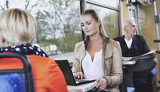 Ab 1. März können die Fahrgäste der Badner Bahn noch mehr Komfort genießen. Die Wiener Lokalbahnen haben vier Triebwägen mit WLAN ausgestattet und wollen in den kommenden sechs Monaten testen, wie das zusätzliche Service bei den Kundinnen und Kunden ankommt.