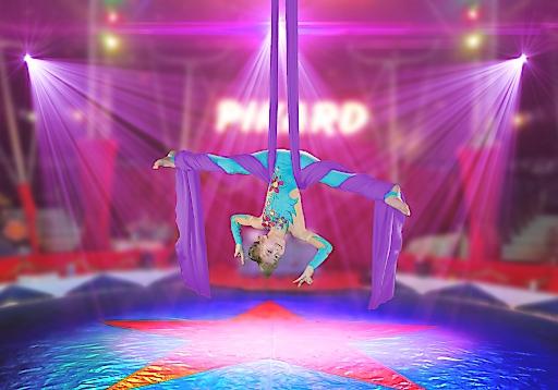 Gloria Guti, mit acht Jahren Österreichs jüngste Tuchakrobatin / Circus Pikard Tournee 2016