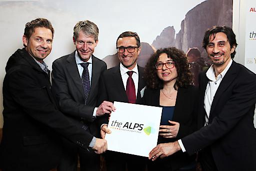 Auf der ITB 2016 präsentierten Vertreter der AlpNet-Partnerregionen Details zum Programm von theALPS 2016 (v.l.): Harry John (BE! Tourism), Marcel Perren (Luzern Tourismus), Josef Margreiter (Tirol Werbung), Mirta Valentini (Trentino Marketing) und Marco Pappalardo (IDM Südtirol - Alto Adige).