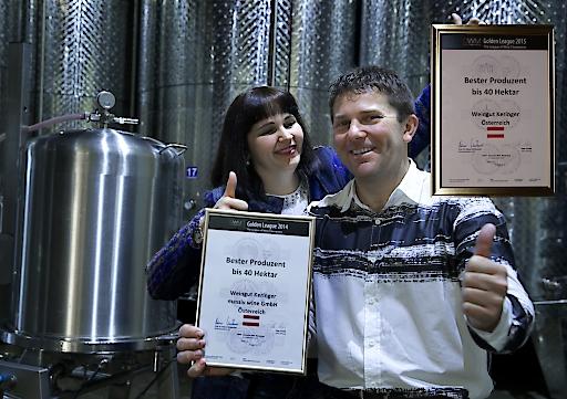 Robert und Marietta Keringer im Weinkeller mit den 2 Siegerurkunden.