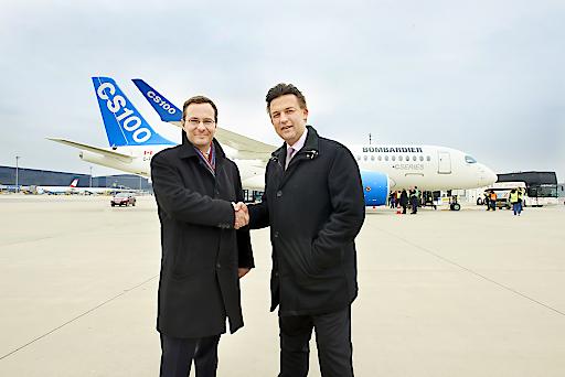 Der Chargé d'Affaires der Botschaft von Kanada in Österreich und der Sprecher der Geschäftsführung von Bombardier Transportation begrüßten das brandneue Flugzeug bei seiner Erstlandung am Flughafen Wien
