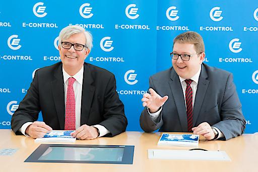 Die Öffnung des Strommarktes 2001 und des Gasmarktes 2002 erhöhte das heimische Bruttoinlandsprodukt kumuliert um 1,3 Prozent und schuf 17.000 neue Jobs. Im Bild: Die E-Control-Vorstände Walter Boltz und Martin Graf (v.l.).