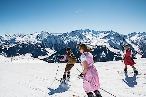 """Beste Stimmung und Pistengaudi sind beim """"Lederhosen Wedelfinale"""" im größten Skigebiet des Zillertals garantiert – denn wer zum Saisonfinale der Zillertal Arena in Lederhose oder Dirndl kommt erhält einen kostenlosen Tagesskipass!"""