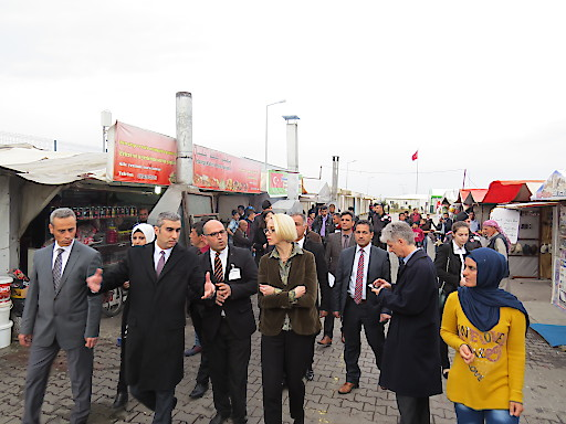 MEP Angelika Mlinar mit der Leitung des Flüchtlingslagers Kilis in der Türkei