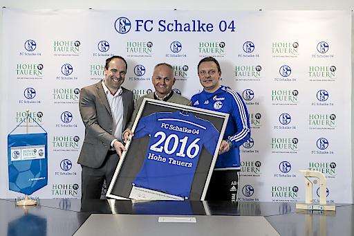 v.l.n.r.: Vorstand Alexander Jobst (FC Schalke 04), Geschäftsführer Mag. Christian Wörister (Ferienregion Nationalpark Hohe Tauern GmbH) und Trainer André Breitenreiter (FC Schalke 04)