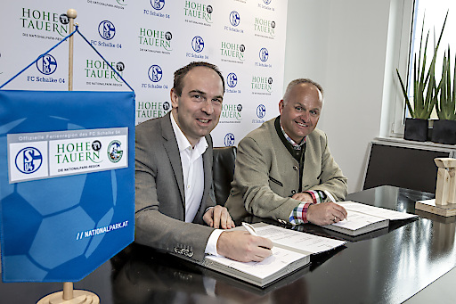 v.l.n.r.: Vorstand Alexander Jobst (FC Schalke 04) und Geschäftsführer Mag. Christian Wörister (Ferienregion Nationalpark Hohe Tauern GmbH)