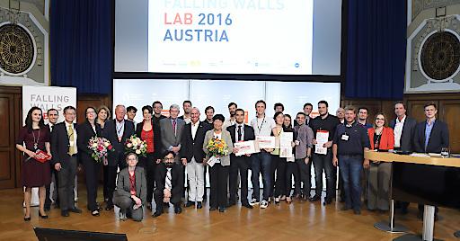 Gruppenfoto mit den TeilnehmerInnen des Falling Walls Lab Austria 2016 sowie der Jury, Technologieminister Mag. Gerald Klug und dem Vorsitzenden des Forschungsrates, Dr. Hannes Androsch.