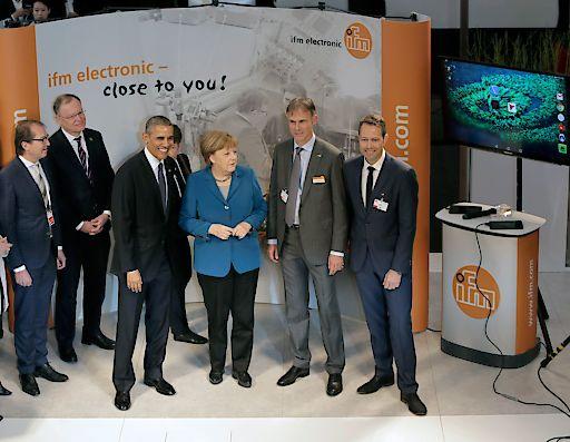 Michael Marhofer und Dr. Bernd Buxbaum begrüßen die Bundeskanzlerin und den US-Präsidenten auf dem ifm-Messestand in Hannover