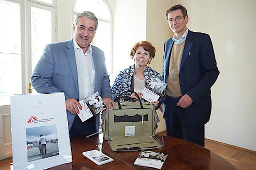 http://www.apa-fotoservice.at/galerie/7756 Im Bild v.l.n.r. Ernst Nevrivy (Bezirksvorsteher Süssenbrunn), Margaretha Maleh (Präsidentin von Ärzte ohne Grenzen Österreich) und Till Reiter (GF von Ludwig Reiter)