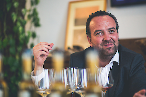 Gerhard Kracher bei einer Weinverkostung.