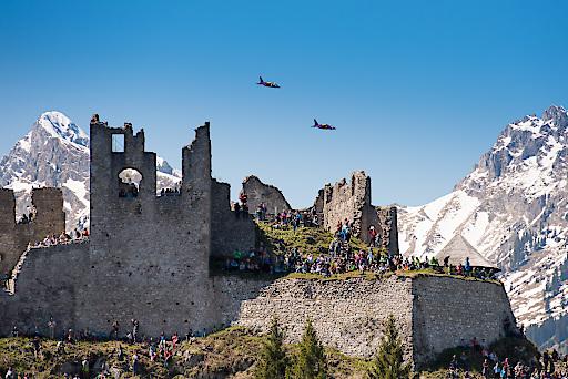 Flying Bulls Piloten über Ruine Ehrenberg / Reutte