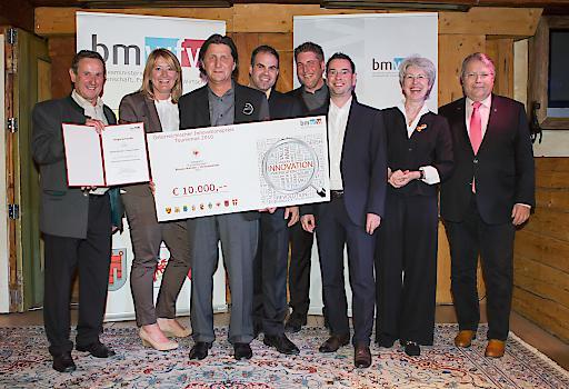 Sektionschefin Mag. Udolf-Strobl übergibt den 1. Preis des Österreichischen Innovationspreises Tourismus (ÖIT) in der Kategorie Einzelbetriebe für das Projekt Blaues Wunder/ Hexenwassere (Tirol).