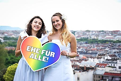 Penelope (18) und Fiona (21) hoffen auf die längst überfällige Öffnung der Ehe.