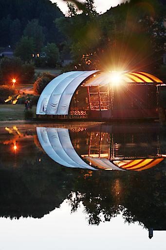 Seebühne (Tag) - Die SILVA-Seefestspiele, Österreichs kleinste Seefestspiele, finden inmitten einer traumhaften Kulisse in Waldhausen statt.