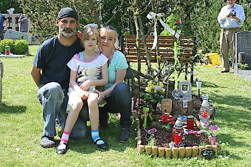 Familie Seidl am Grab ihrer Hündin Xena, die sie erst im Februar diesen Jahres zu Grabe trugen. Xena lebte 15 Jahre bei Familie Seidl.