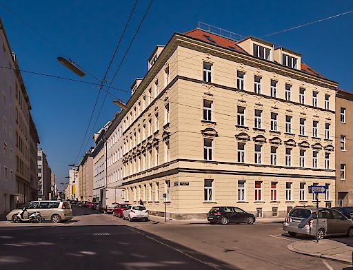 Das Zinshaus Davidgasse 34 erstrahlt dank der aufwendigen, stilechten Sanierung durch die CPI Immobilien Gruppe in neuem Glanz.