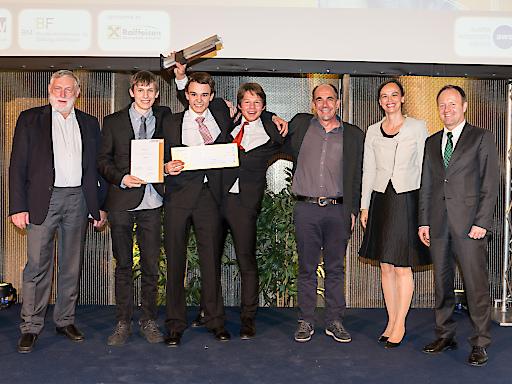 "1. Preis Sonderkategorie Sustainability: (V.l.n.r.) Dr. Franz Fischler (RKI), Simon Hofer, Simon Marxgut, Elias Vigl, Rudolf Sams (Team ""RElectronics"", HTL Dornbirn), BM Dr.in Sonja Hammerschmid (BMBF), SC Dr. Michael Losch (BMWFW)"