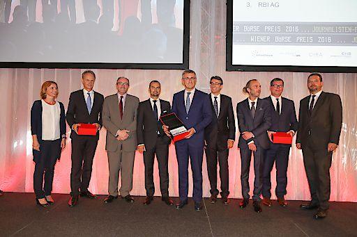 Preisträger des Journalistenpreise 2016 mitsamt Gratulanten, v.l.n.r.: Ingrid Krenn-Ditz (Raiffeisen Bank International AG), Martin Grüll (Raiffeisen Bank International AG), David Davies (OMV AG), Peter Felsbach (voestalpine AG), Robert Ottel (voestalpine AG), Harald Hagenauer (C.I.R.A. ), Michael Mikolasek (APA-Finance), Johannes Vetter (OMV AG), Robert Lechner (OMV AG)