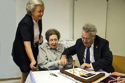 Ute Bock beim Torte-Anschneiden mit Dr. Fischer