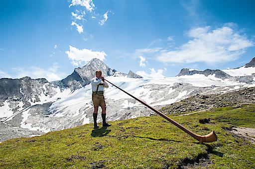 GIPFELKLÄNGE am Kitzsteinhorn: Alpiner Genusstag mit Alphornklängen, Nationalpark Rangertouren sowie Gletscherflohbasteln und Bauerngolf für die kleinen Bergfexe.