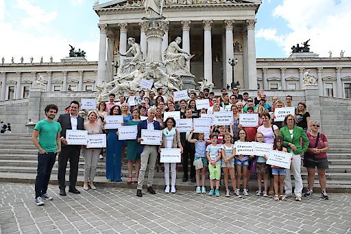 Rund 60 UnterstützerInnen der Österreichischen Gebärdensprache versammelten sich am 06.07.2016 vor dem Parlament