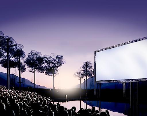 """""""Lichtspiele – Sommerkino im Riesen"""": Unter diesem Motto verwandelt sich der Garten der Swarovski Kristallwelten rund um die spektakuläre Kristallwolke zwischen 26.8. und 11.9.2016 jeweils freitags bis sonntags in einen Open Air-Kinosaal."""