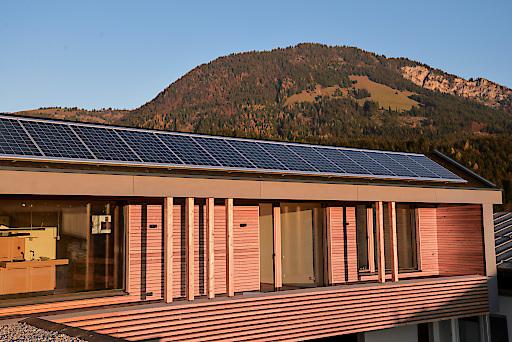 Modernes Wohnen im Einklang mit der Natur. Wärme, Wasser und Strom beziehen die Bewohner dieser Wohnanlage direkt aus Naturkraft ihrer Umgebung.