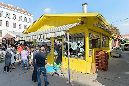 Der Wissensraum an seinem neuen Standort in Favoriten, zu Gast im Stand 129 am Viktor-Adler-Markt.