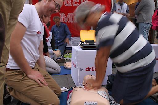 Passanten haben die Möglichkeit zu erfahren, wie einfach es ist, ein Leben zu retten.