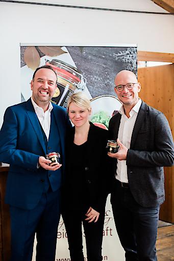 Gerhard und Yvonne Kracher mit Hink Geschäftsführer Peter Spak bei der Präsentatoin des neuen Produktes Hühnerleberparfait mit Kracher Süßwein verfeinert.