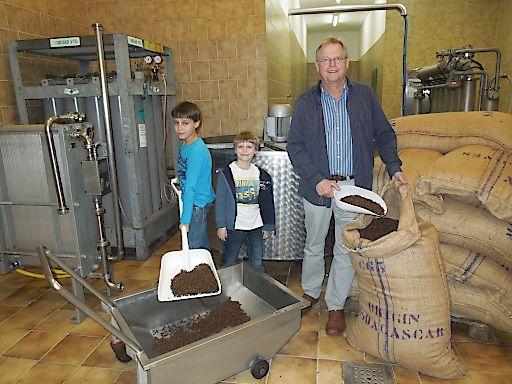 Kinder helfen bei Produktion von alkoholfreiem Glühwein